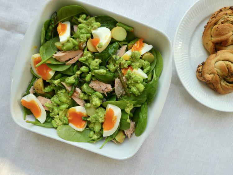 salat med dressing af ramsløgspesto