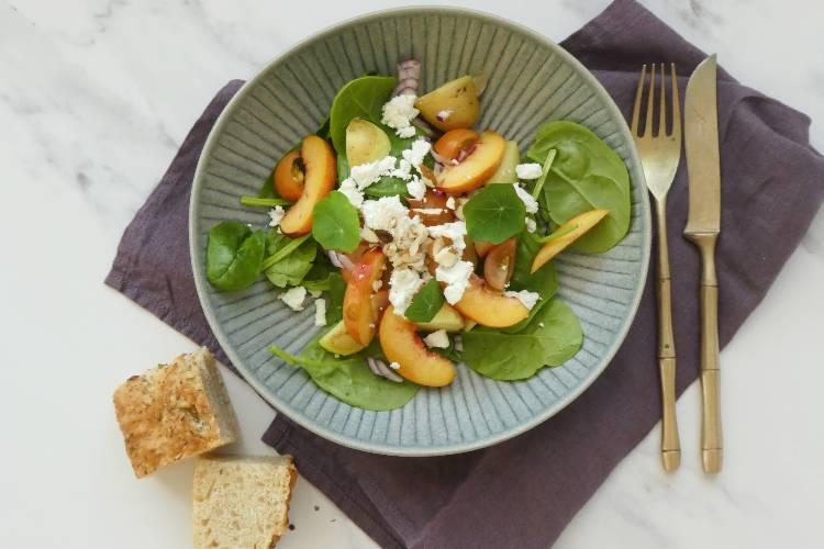 Fersken-tomatsalat – perfekt til et stykke laks på grillen