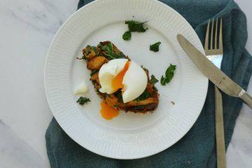toast med kantareller og smilende æg