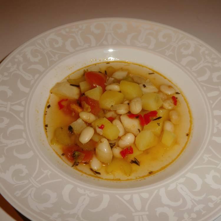 klar suppe med grøntsager og bønner - en af de 5 bedste supper