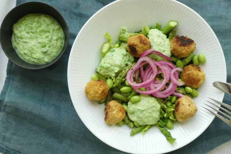 salat med falafler og ærtecreme