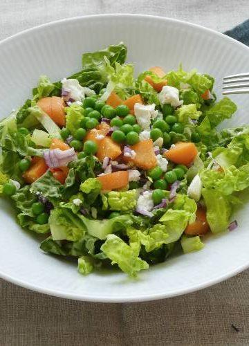 salat med ærter og abrikoser